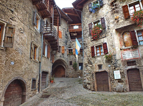 borgo con case in pietra