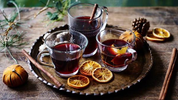 tazze in vetro con vino caldo