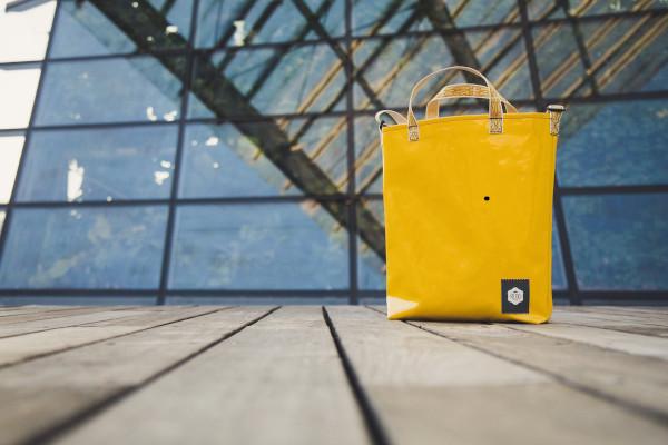 borsa gialla appoggiata per terra