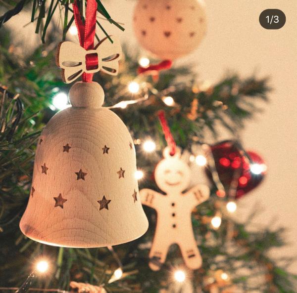 campana in legno appesa all'albero di natale