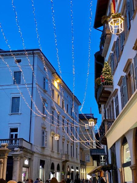 luci appese lungo i vicoli del centro città