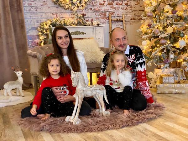 famiglia seduta per terra con cavallo a dondolo