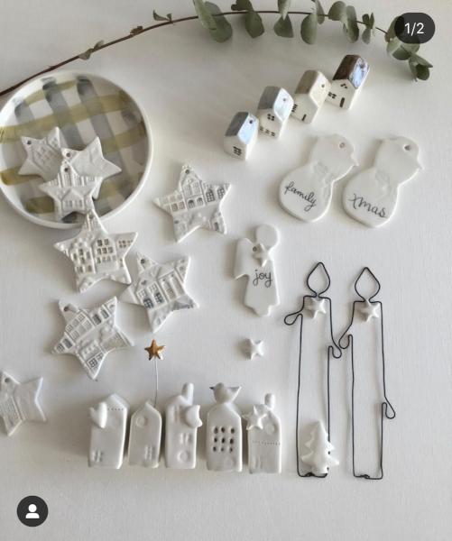 piccoli oggetti in ceramica bianca come casette e stelle