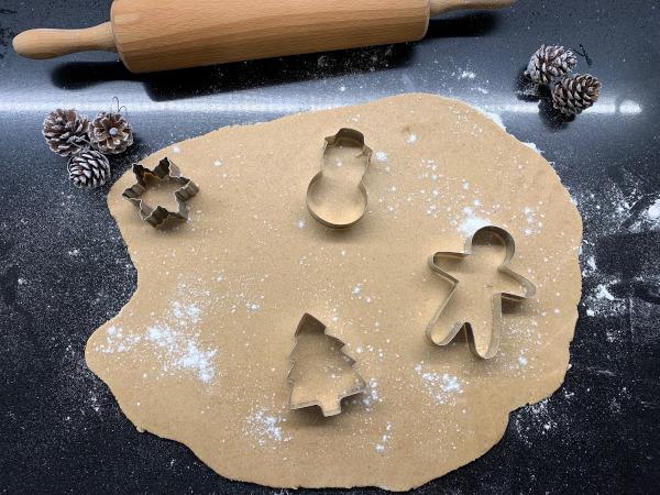 pasta frolla stesa con forcine natalizie appoggiate sopra