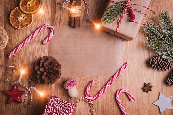 tavolo i legno con pacchi regalo e decorazioni natalizie