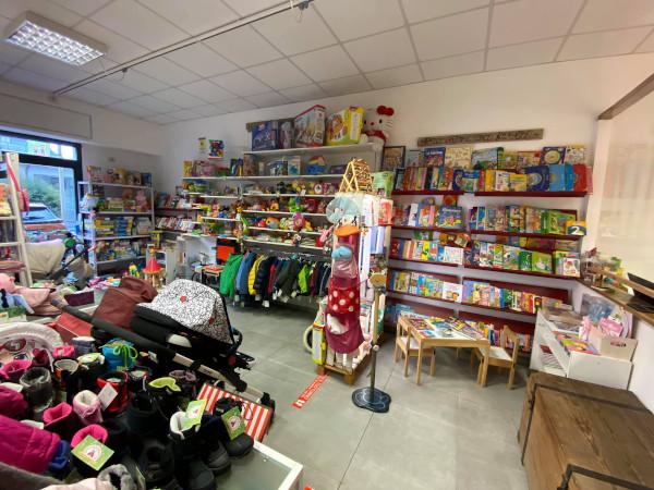 interno di negozio con libri e giochi per bambini