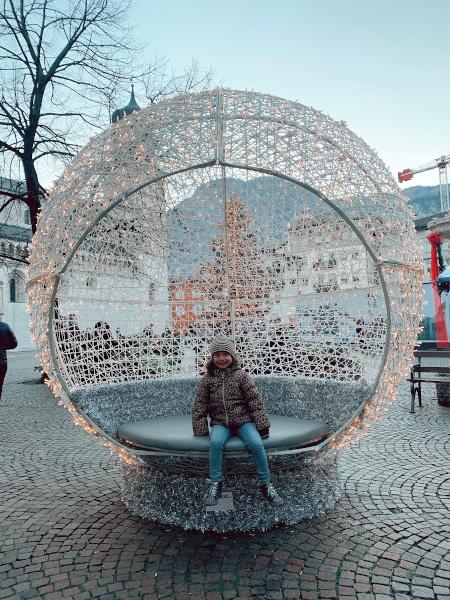 bambina seduta al centro di una sfera luminosa