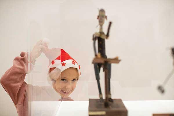 bambino con cappell odi Babbo Natale al Mart