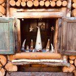 catasta di legna con finestrella con gnomi di feltro