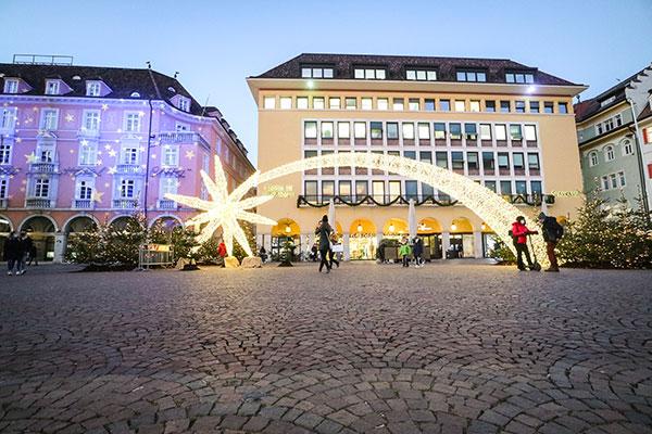 grande cometa illuminata al centro di una piazza