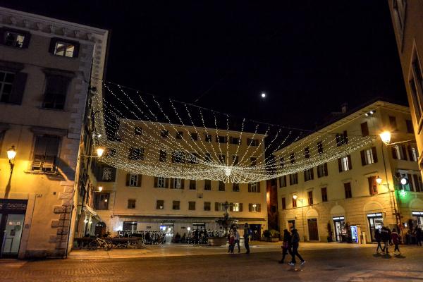 piazza con luminarie appena da palazzo a palazzo
