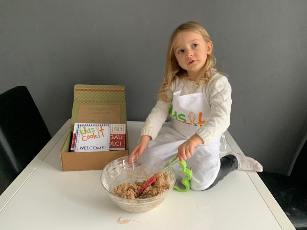 bambina che impasta biscotti
