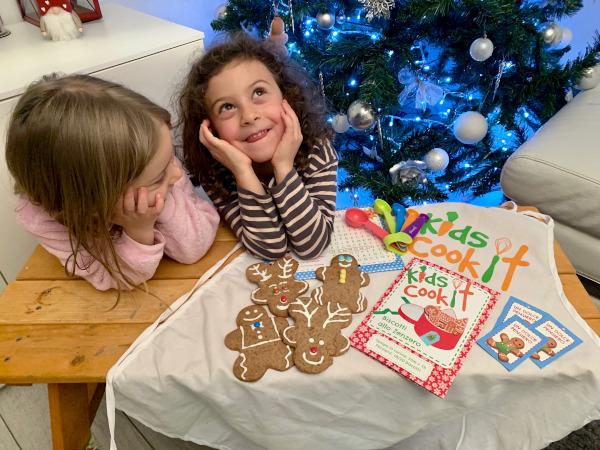 bambine sedute al tavolo con biscotti decorati