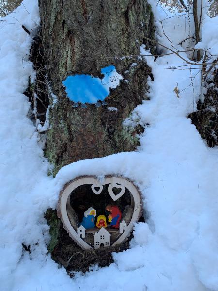 presepe in legno in mezzo alla neve