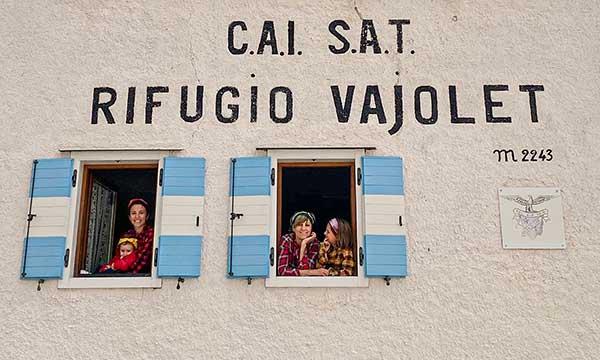 mamma e bimbe affacciate alle finestre del Vajolet