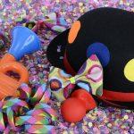 cappello da pagliaccio e trombetta su letto di coriandoli