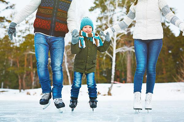 famiglia pattina sul ghiaccio
