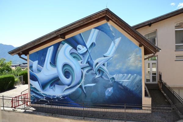facciata con murales geometrico sui toni del blu