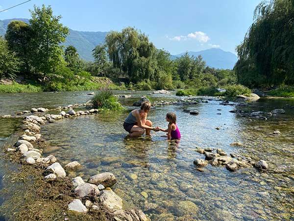 mamma e bambina nel fiume