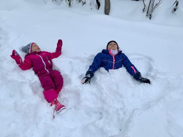bambine sprofondare nella neve