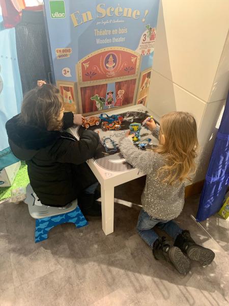 bambine giocano con le macchinine giocattoli