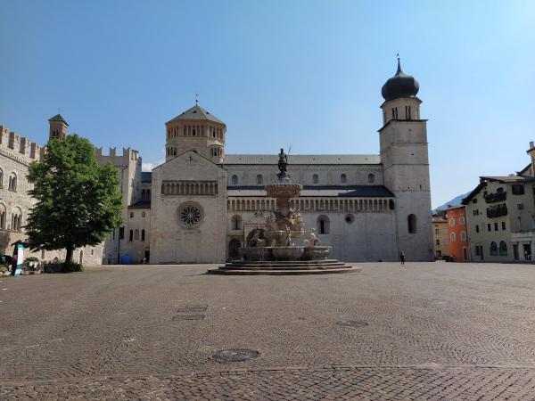 grande piazza con duomo e fontana del Nettuno