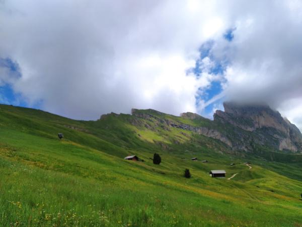 prati circondati da montagne