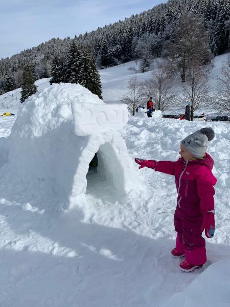 bambina che indica igloo