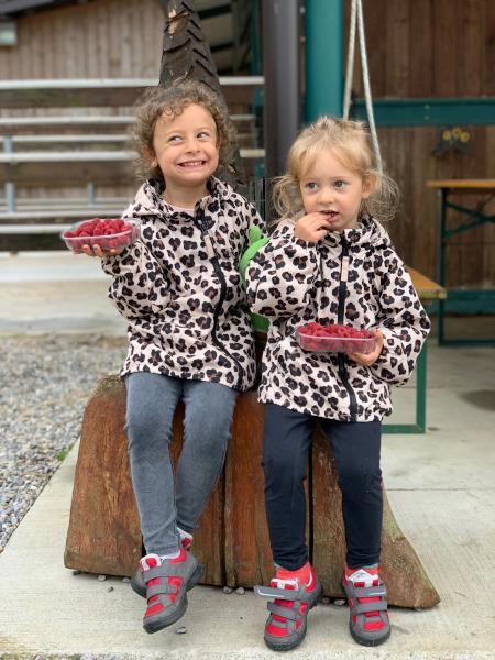 bambine che mangiano lamponi