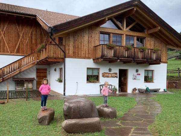 bambine inpiedi su grandi sassi davanti a maso