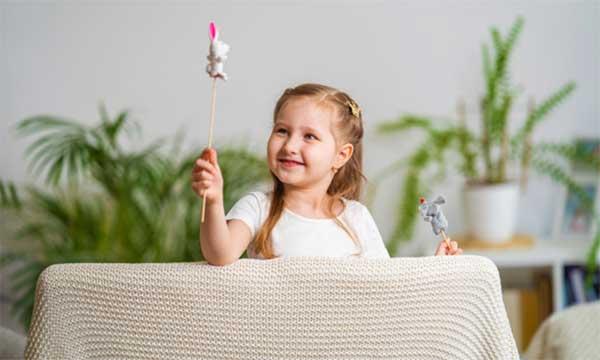 bambina gioca teatro delle ombre