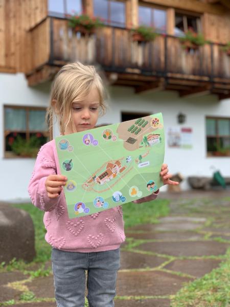 bambina con in mano una mappa