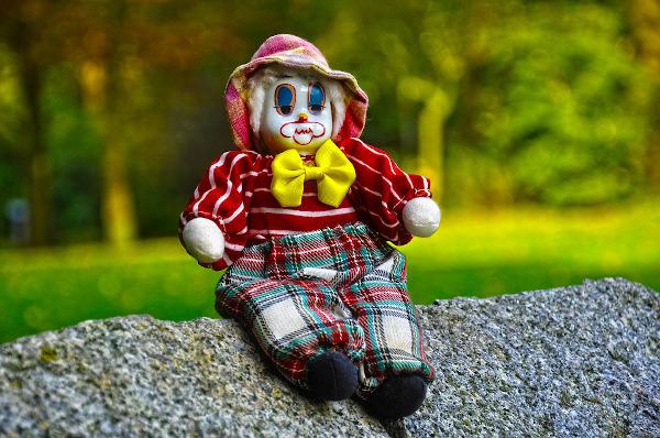 marionetta seduta su sasso