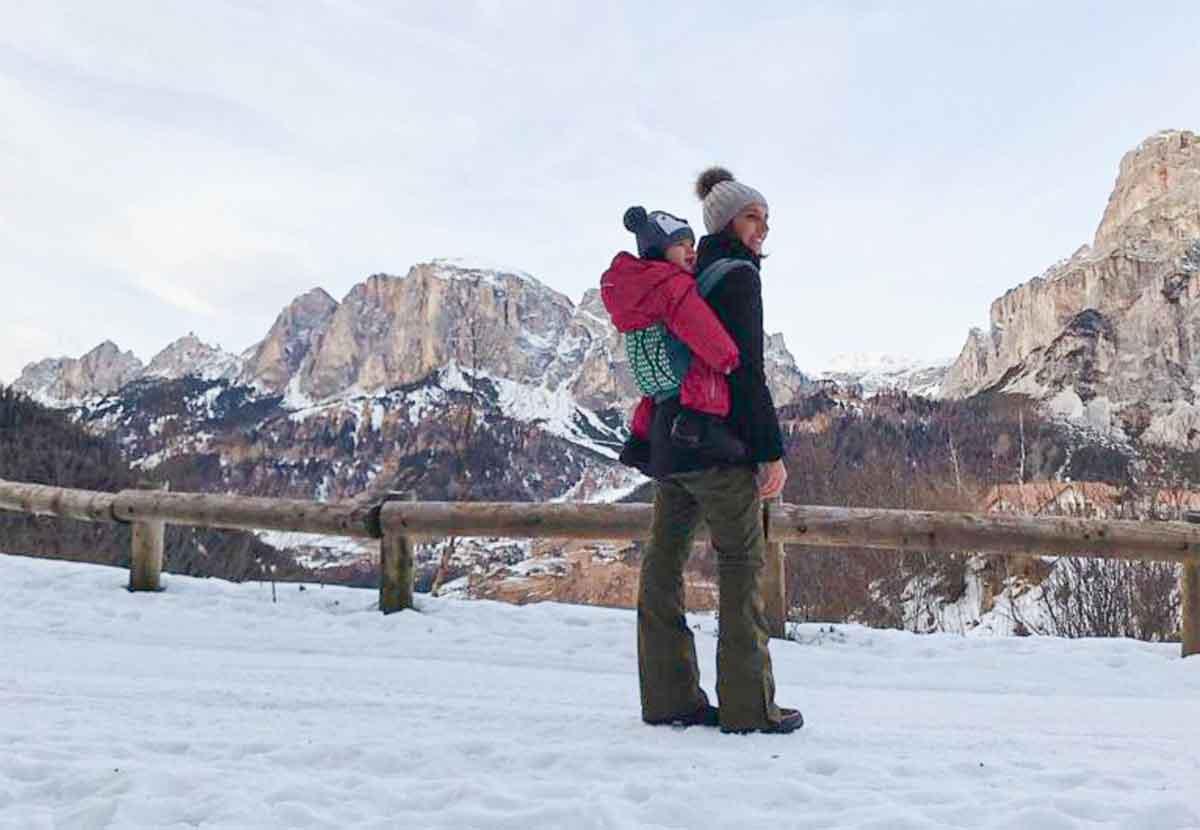 mamma con bambina sulla neve