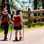 bambini che camminano su sentiero montagna