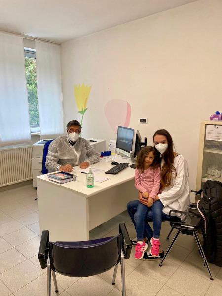 mamma e figlia con dottore per visita specialistica