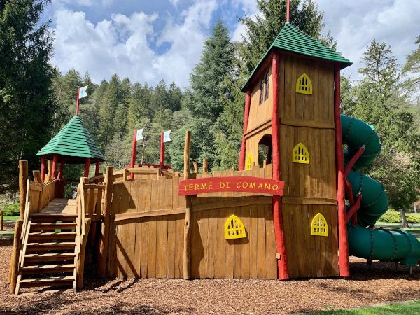 costruzione in legno a castello gioco bimbi