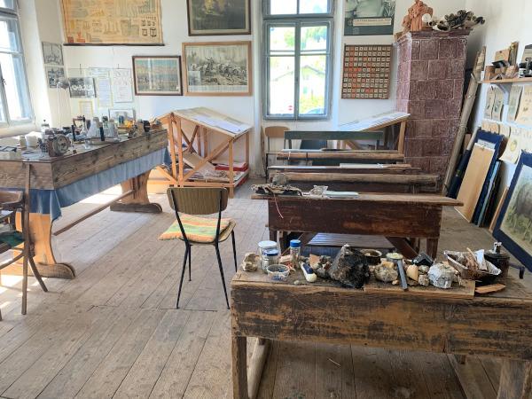 aula con vecchi banchi di scuola