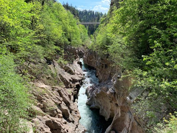 vista su forra tra roccia e verde