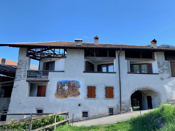 casa rurale con dipinto