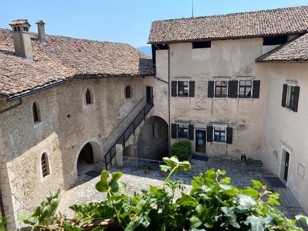 corte interna di antico castello
