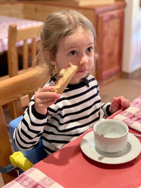 bambina che mangia crostata
