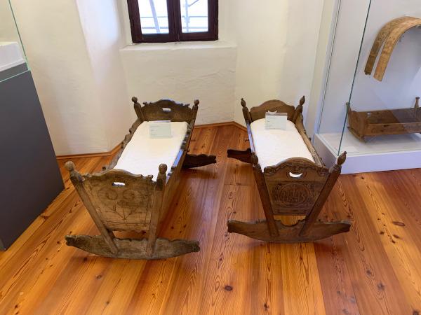 culle antiche in legno intagliato