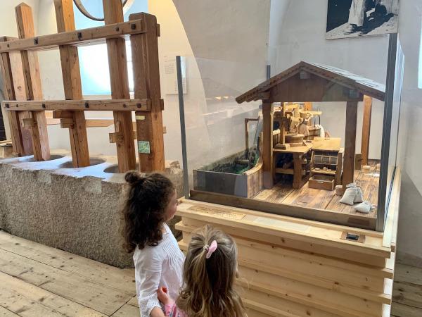 bambine che guardano riproduzione di un mulino
