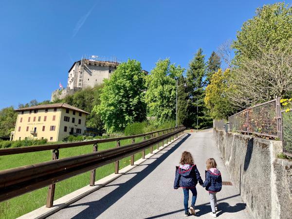 bambine che camminano verso castello