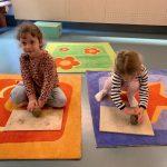 bambine che lavorano l'argilla