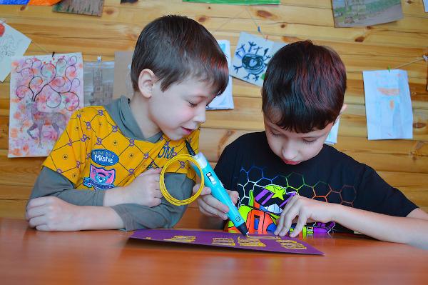 bambini che scrivono