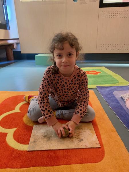 bambina che lavora l'argilla