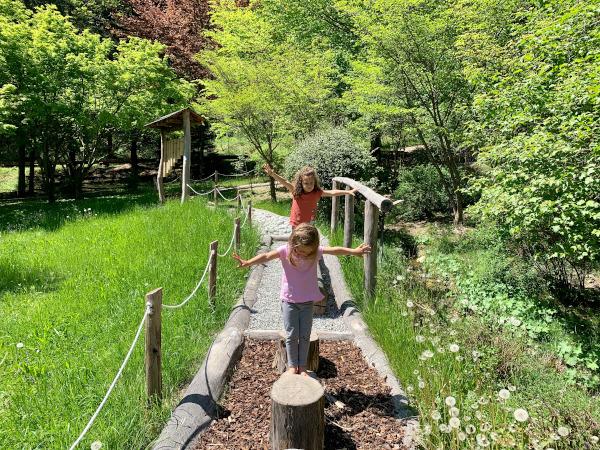 bambine su tronchi di albero