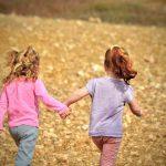 bambine che si danno lai mano